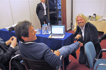 Richard Branson polishes Guy Kawasaki's shoes